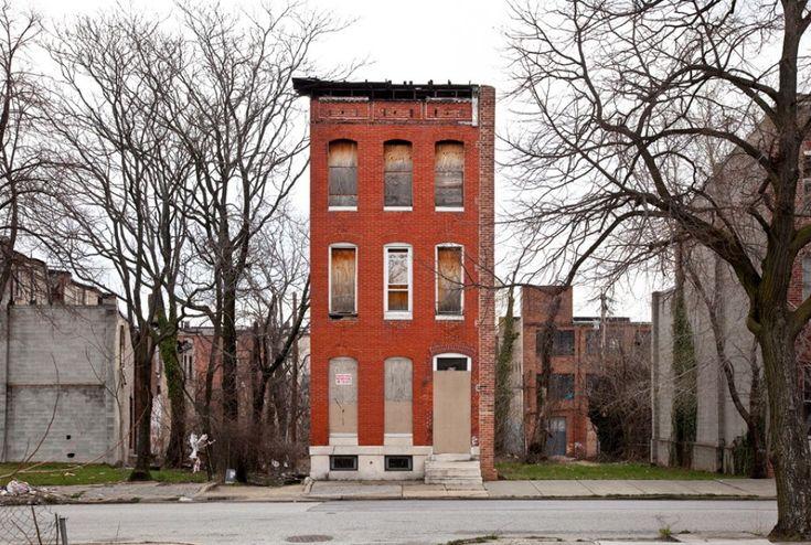 """Hanno più di due secoli, hanno resistito all'usura del tempo e alcune sono ancora abitate. Sono le """"solitarie case a schiera"""" di Baltimora, come le definisce il fotografo americano Ben Marcin, utilizzando un ossimoro curioso ma funzionale alla loro storia. Le """"lonely row houses"""