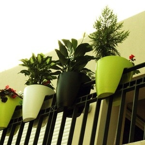 great for apartment porchesPlants Can, Pots Gardens, Greenbo Railings, Flower Pots, Plants Holders, Front Porches, Porches Railings, Railings Planters, Apartments Living