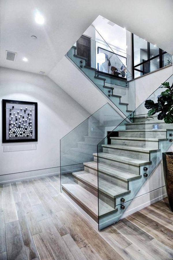 garde-corps en verre, escalier ouvert dans une maison luxueuse