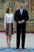 LR Queen Letizia of Spain and King Felipe VI of Spain attend a meeting with members of 'Princesa de Asturias' foundation at El Pardo Royal Palace on... Falda tubo de animal print de Uterqüe. La Reina la combinó con una blusa de seda en blanco en Hugo Boss y unos salones en ante marrón de Magrit. También llevaba una cartera de mano de Adolfo Domínguez y pendientes de oro blanco y perlas cultivadas de Tous.