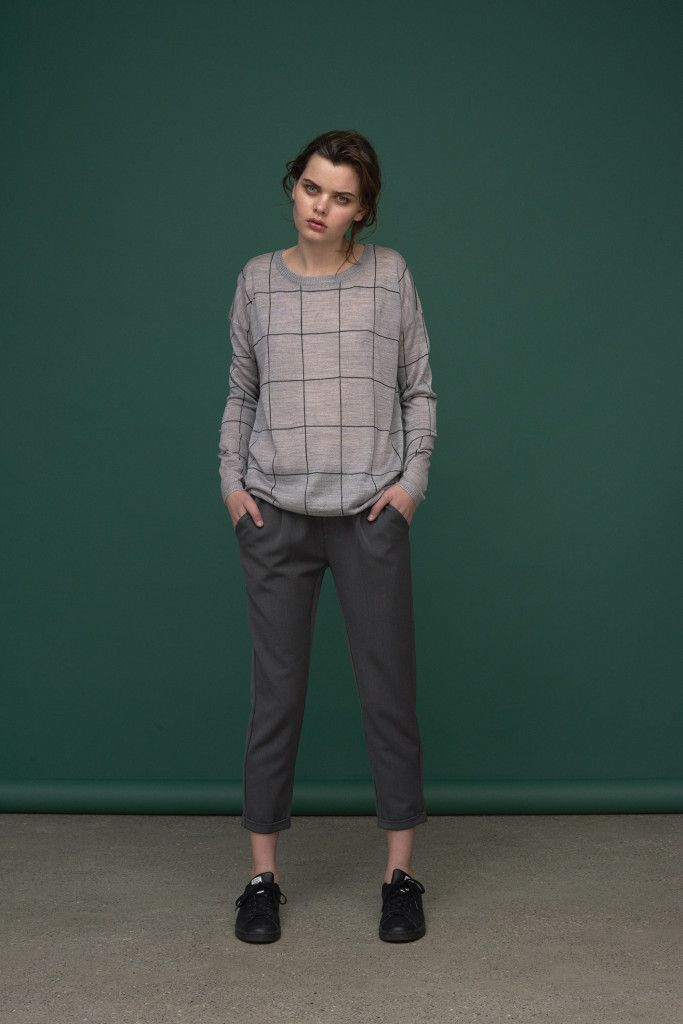 Light weight knit with check design. Loose fit.  Cropped trousers in relaxed fit.  Knit: Mattis / Addison Pants : Gita / Pema