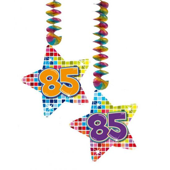 Mooie hangdecoratie sterren 85 jaar voor een 85ste verjaardag. Hangdecoratie in de vorm van sterretjes met het getal 85. De decoratie is verpakt per 2 stuks en is ongeveer 13,3 x 16,5 cm groot.