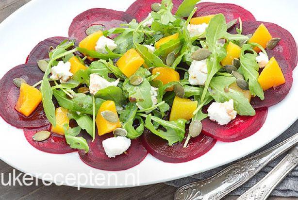 Vegetarische bieten carpaccio met rucola, perzik en geitenkaas
