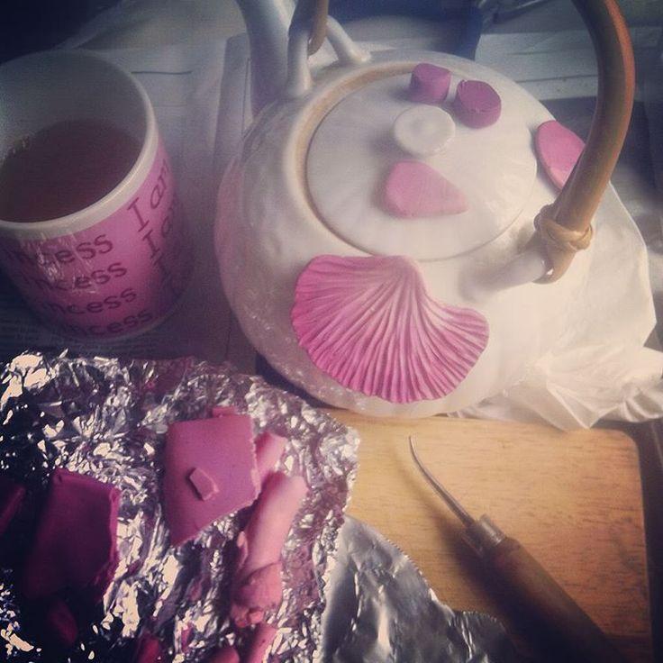 """Travail en cours. Du rose pour contrer la morosité ambiante. Il fait froid. Je n'ai pas trouvé mieux pour ramollir ma Fimo que de la réchauffer sur ma théière. Des fleurs pour Fragonard . Pour Fragments de Fragonard plutôt. Work in progress. It's cold and I put my polymer clay on my tea pot! Flowers for """"Fragments de Fragonard"""" #lafilleduconsul #flowers #pink #rose #degrade #fragmentsdefragonard #tea #the #teapot"""