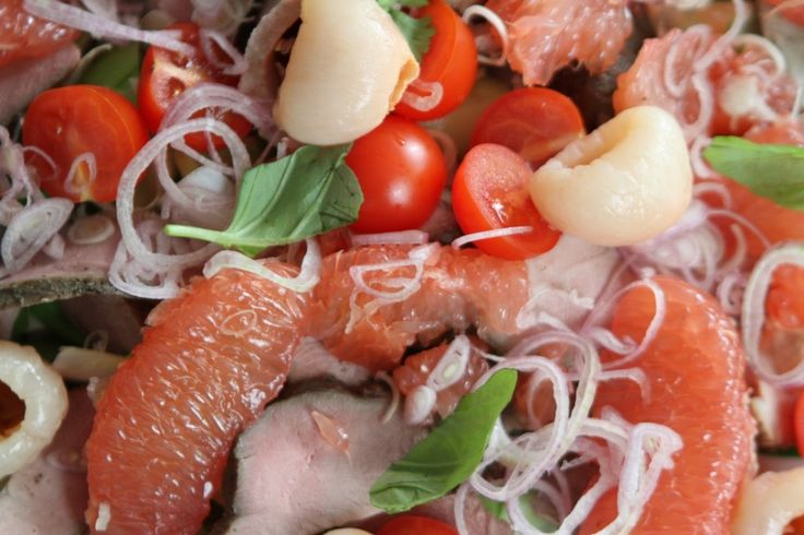 Oriental duck salad. Learn how to prepare this delcious salad with baked duck breast, grapefruit and lychee!