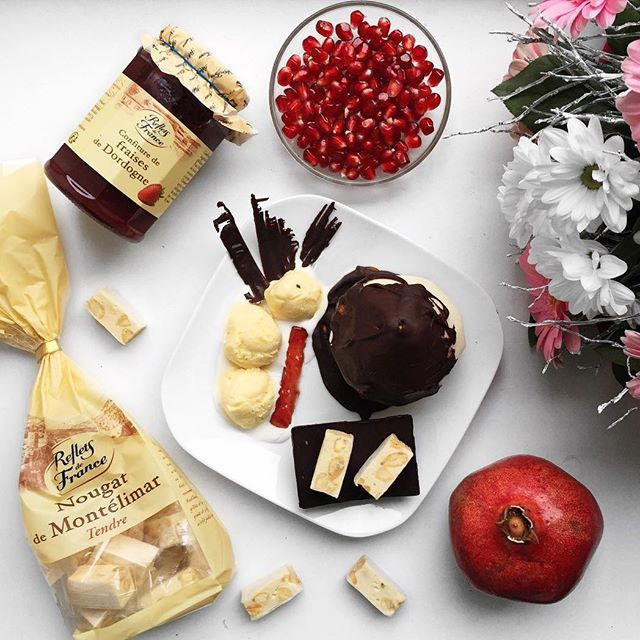 Z cyklu Ania gotuje 👩🏼 dzisiaj biore Was w podróż do Francji🇫🇷. Przygotowałam tutaj deser 🍨 poire belle Hélène. Jego historia sięga 1865 r. Jest to gruszka w syropie oblana czekoladą podana z lodami waniliowymi. Ja dodałam tutaj również konfiturę z truskawek oraz nugat dla urozmicenia smaku wszystko z pomocą produktów dostępnych w Carrefour. Pozatym moi mili Carrefour organizuje konkurs #kulinarnepodrozeCarrefour @CarrefourPolska Pokażcie jak was zainspirowała kuchnia…