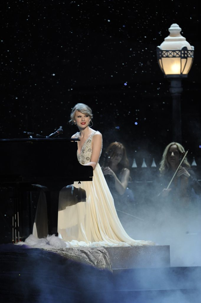"❤️ Taylor Swift performing ""Back To December"" at The 44th Annual CMA Awards on November 11, 2010."
