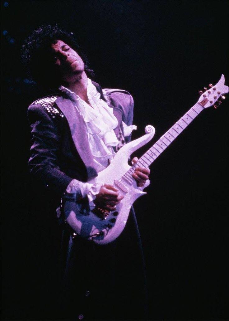 Prince - Purple Rain Tour 1985, playing the White Cloud guitar