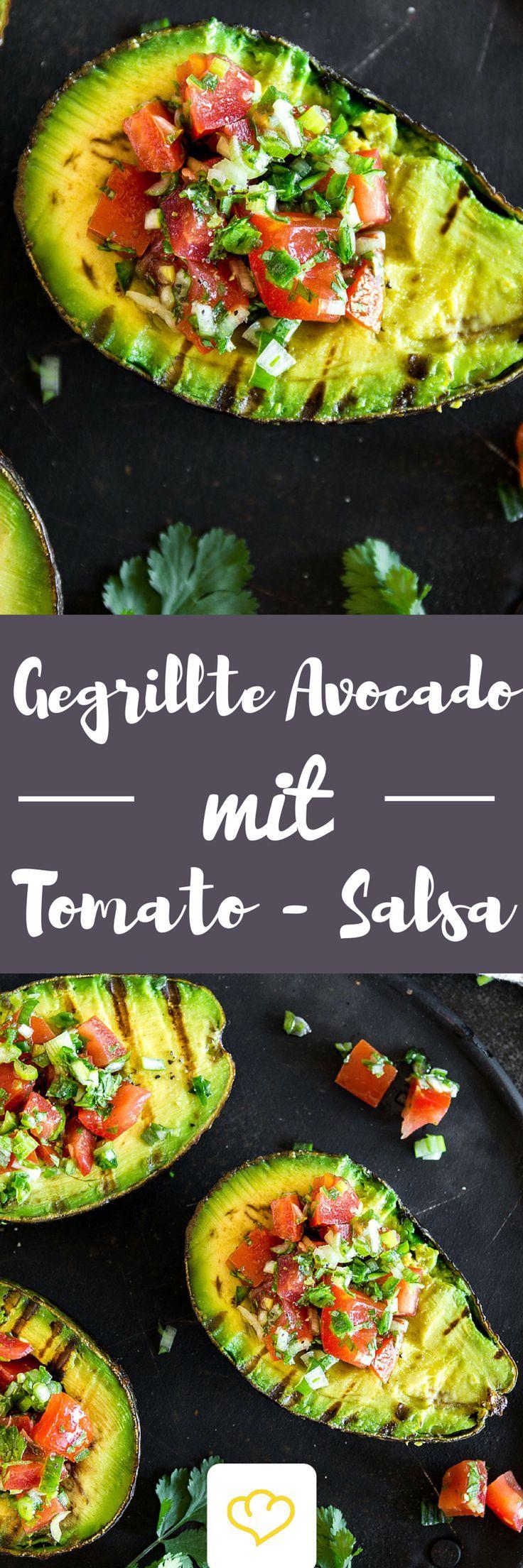 Du hast Avocado noch nicht gegrillt? Solltest du aber! Warm vom Grill und gefüllt mit einer fruchtig-scharfen Salsa kommst du mit dem Löffeln gar nicht mehr hinterher – so verdammt lecker ist die Avocado. Und so einfach zubereitet. Und so schnell gemacht. Und … .: