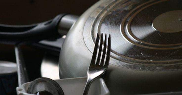 Remedios caseros para limpiar mi lavavajillas. Con el tiempo, los lavavajillas pueden acumular residuos de jabón, depósitos de agua dura y un olor a humedad. Los productos que se compran en la tienda y que son diseñados para limpiar el interior de la máquina pueden funcionar bien, pero varios remedios caseros funcionan igual de bien, cuestan menos y no son tóxicos. El momento para limpiar el ...