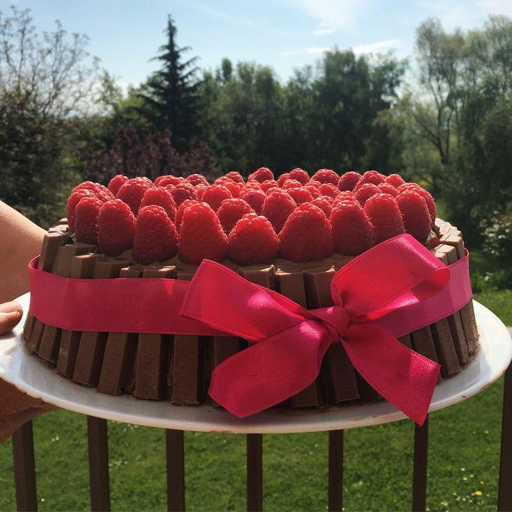 Gâteau d'anniversaire kit kat et framboises #birthday #cake #gateau #kitkat #framboise