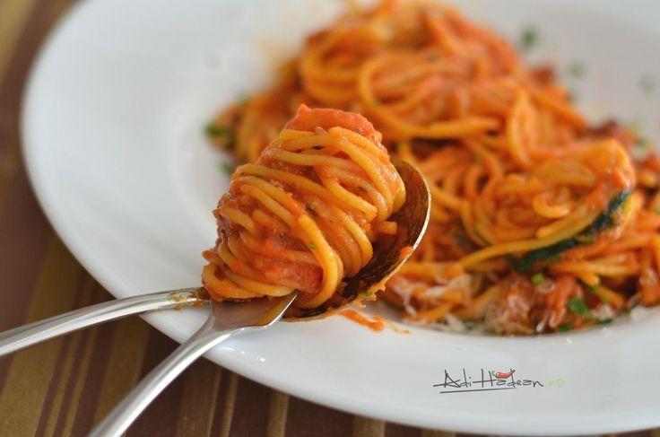 Mi-e poftă de paste și, oricât de bune ar fi pastele proaspete, aș prefera să mănânc spaghetti din cele uscate, fierte și tăvălite prin mult, mult sos de roșii. Fără carne. Să vă spun cumputeți obț...