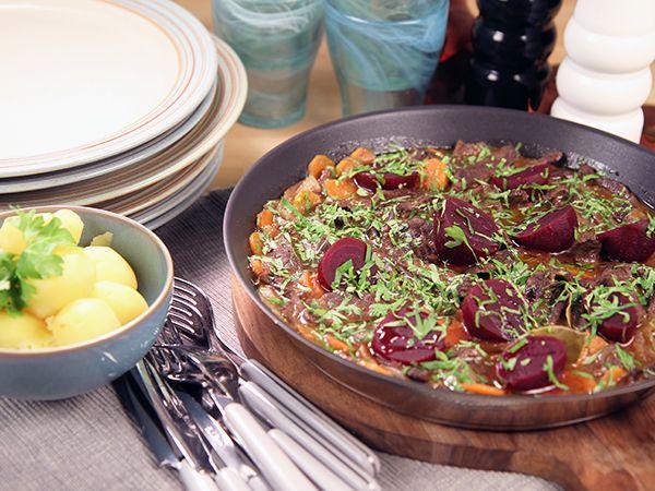 Snabb och enkel variant på klassikern kalops. Görs på lövbiff, lök, morötter och inlagda rödbetor.