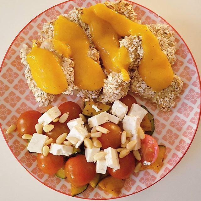 Een recept voor gezonde en cleane crunchy kip met een havermout laag en uit de oven en een heerlijke mango chutney saus