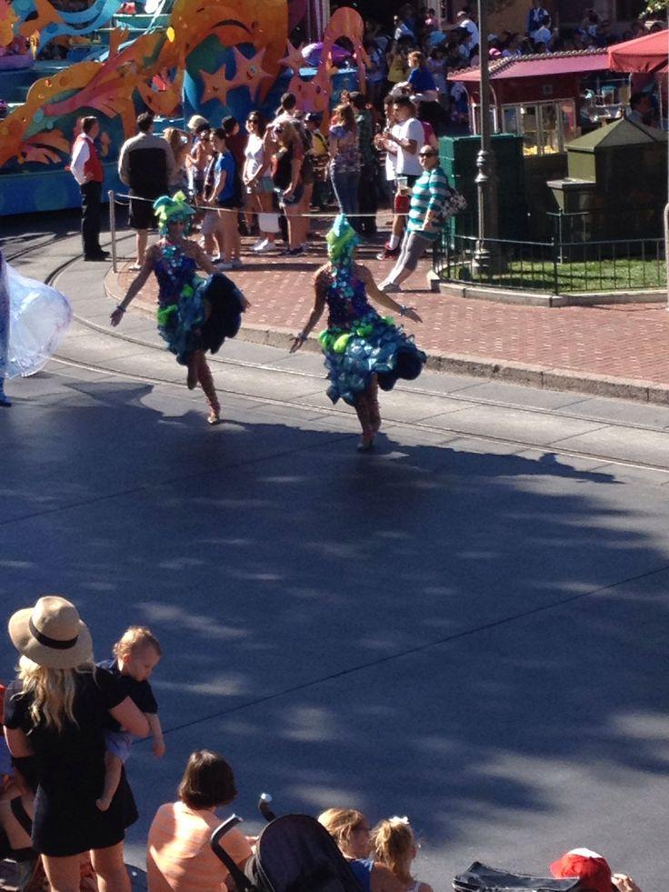 Coloridos vestuarios que acompañan la carroza de Ariel, la Sirenita #disneyland #disneyside #ladodisney #disneyparks