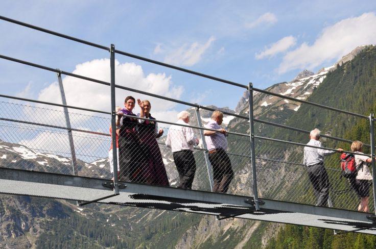 Tierischer Urlaub mit Hund und Katze im Lechtal - Tirol - Österreich - Hängebrücke Holzgau (c) Gasthof Bären #wandernmithund #urlaubmithund #tirol #österreich #tierischehotels #tierischeunterkünfte #tierischerurlaub