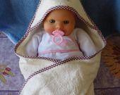 Cape de bain ou sortie de bain à capuche bébé en éponge de bambou personnalisable brodée d'un oisillon et de coccinelles : Mode Bébé par ccb-by-nc