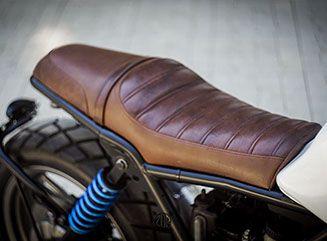 Zweiteiliger Sitz, hinteres Drittel angehoben, um die Länge aufzubrechen   – Car