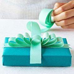 Tutorial: 3 tipos de lazos para envolver regalos | Aprender manualidades es facilisimo.com