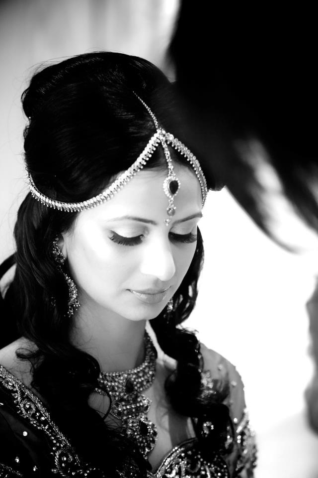 Like the way this bride complemented her hair style with this tika