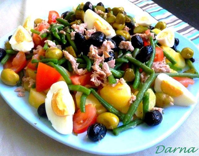 la salade niçoise est une spécialité de Nice aujourd'hui répandue dans le monde enteir. c'est une entrée qui peut constituer à elle seule un plat entier,vue la richesse de ses composants. puisque cette recette a fait le tour du monde,donc la composition...