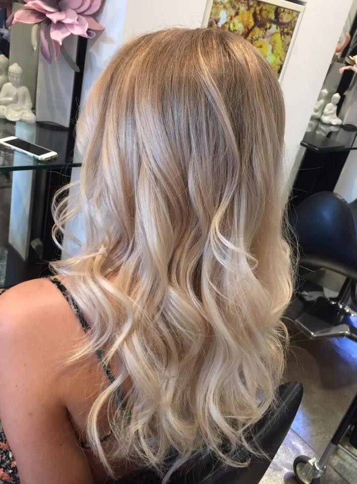 Balayage. Wellen. Lange Haare . Höhepunkte. Anna. Domani Kunst des Haares. blondes Haar