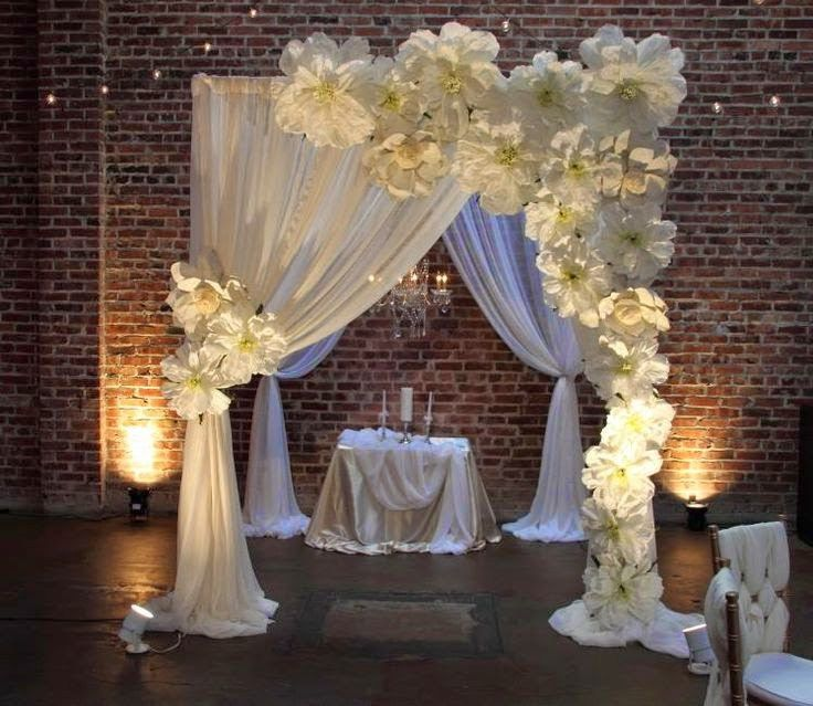 decoración con flores gigantes de papel