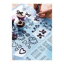 IKEA - SOCKERKAKA, Toalha de silicone e faca, A toalha de silicone protege a bancada e proporciona uma superfície antiaderente.Utilize a extremidade do cabo da faca para criar desenhos em forma de coração nas suas bolachas. Pode rechear os desenhos com chocolate, compota, etc.Num dos lados, há uma tabela de conversão que permite consultar pesos e volumes de diferentes unidades de medição.Decore os seus bolos com os motivos decorativos para criança e para adulto.
