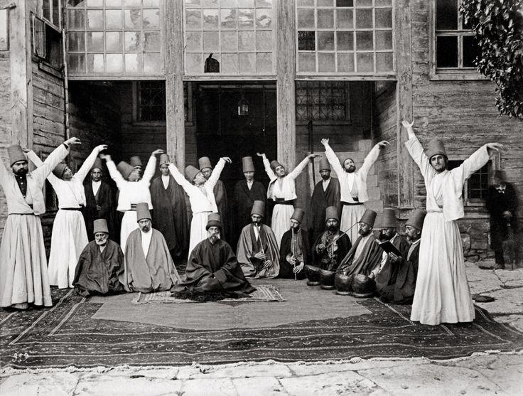 Derviches tourneurs de Galata, 1870.  Au 19e siècle, parmi les «spectacles» que les voyageurs occidentaux ne devaient manquer sous aucun prétexte figuraient les cérémonies des derviches tourneurs de Galata. Au centre, leur cheikh, Kudretullah Dede.