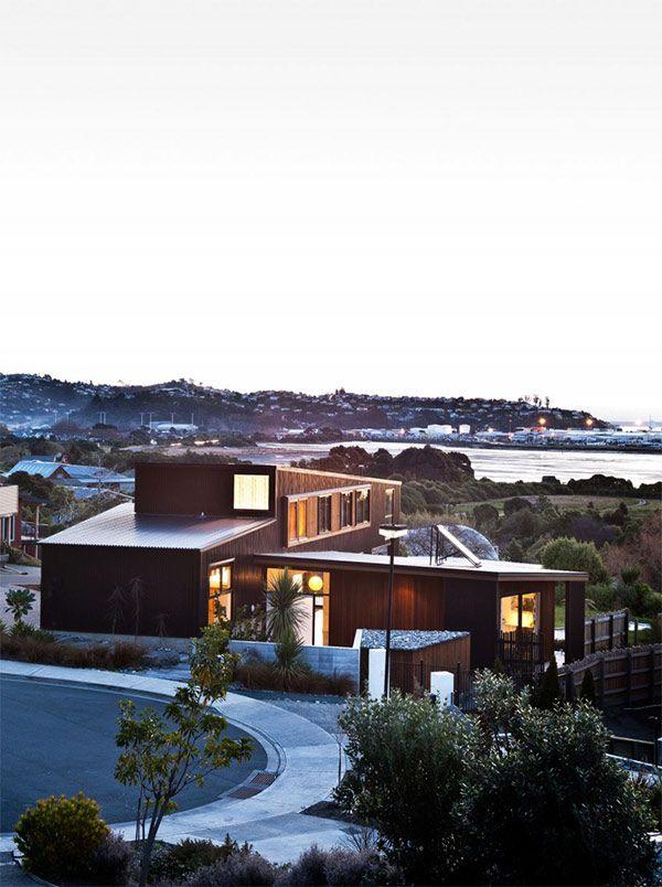 ニュージーランド南島北東部にある、ネルソンという都市の海岸沿いに位置する、コンテナのような2階建てのモダンハウスをご紹介したいと思います。 天然木を使った窓枠や、ウッドデッキがふんだんに使われた、ナチュラルでファミリー向 …