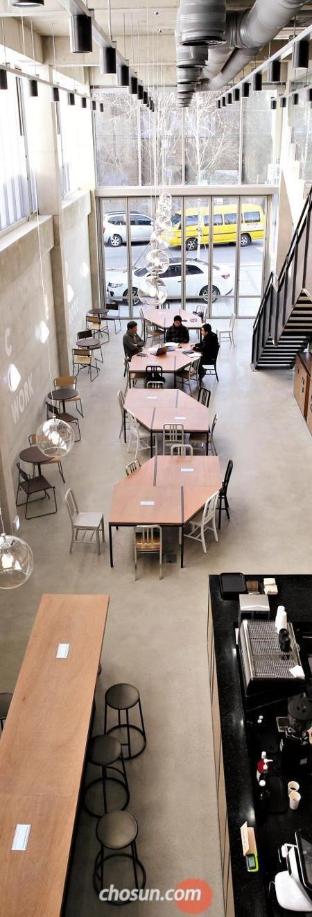 서울 성수동 공장 지대에 들어선 소셜 벤처 공유 건물'카우앤독'1층. 회원제로 운영되는 카페형 코워킹 공간이다.
