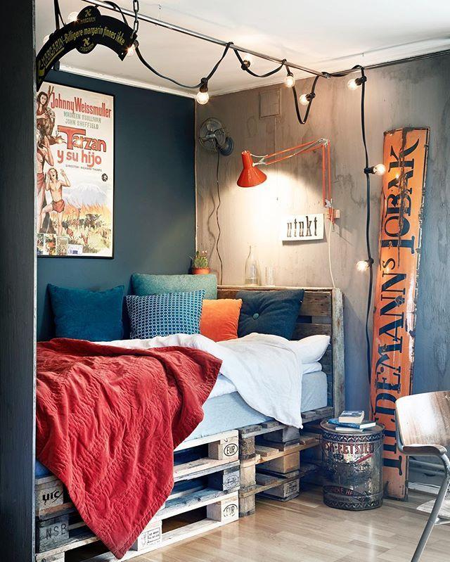 17-åringen Brage har stor lidenskap for auksjoner og bruktmarkeder - det kan man se på rommet hans hjemme på Blommenholm 😃👏🏻 Se mer av den kreative samlingen hans i rom123 - bladet forsvinner straks fra butikkhyllene. Foto: Margaret M. De Lange #rom123 #idéromservice #bruktmøbler #interiør #føretter #oppussing