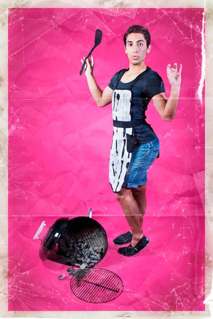 Men-Ups! est une série hilarante du photographe américain Rion Sabean, qui s'amuse à photographier les hommes comme des pin-ups classiques, reprenant les poses iconiques de ces femmes sexy. Un projet amusant et décalé réalisé en 2011, qui questionne avec humour les stéréotypes et les codes de la représentation des femmes.