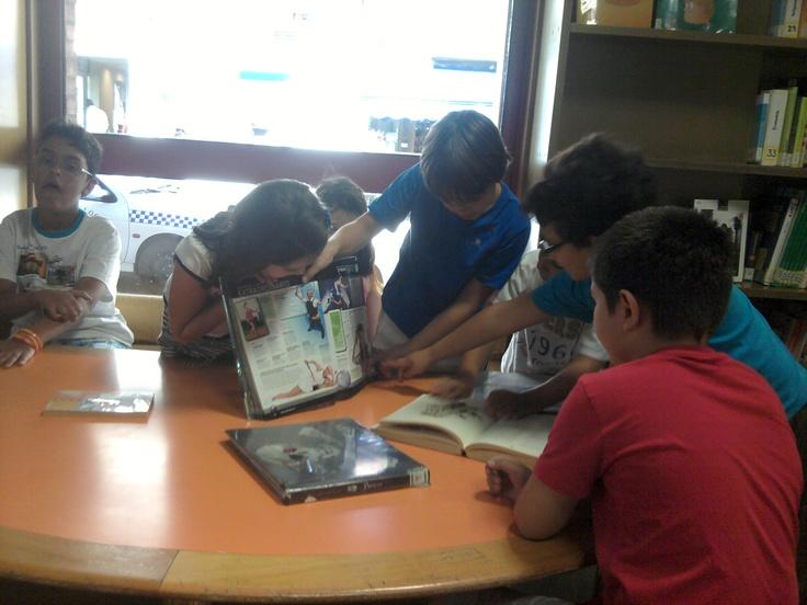 Niños aprendiendo. Biblioteca Peñaranda de Bracamonte