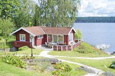 Traum am See: Rotes Ferienhaus mit tollem Blick über den See Åmmelången und die Umgebung. Auf der Terrasse oder auf dem Badesteg das morgendliche Frühstück im Freien einnehmen und dabei die Ruhe des Sees und der Natur genießen - Mehr #Urlaubsfeeling geht nicht!
