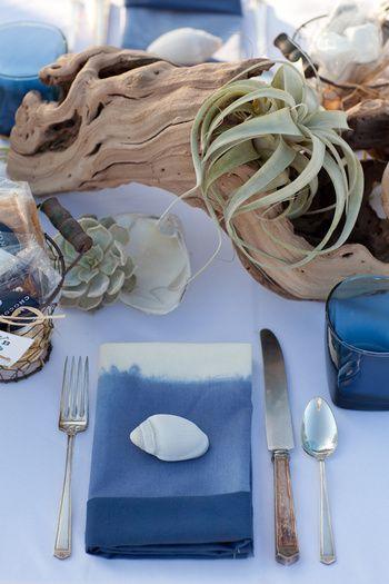 流木にエアープランツ、ナプキンの上には貝モチーフの重りを置いた、涼しげなテーブルコーディネート。海好きな夫婦や、夏のウェディングパーティーにぴったり!