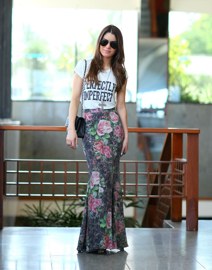 Floral maxi skirt, graphic tee, black strappy sandals, long pendant, black chanel flap bag   Look do dia: Bahia! - Super Vaidosa