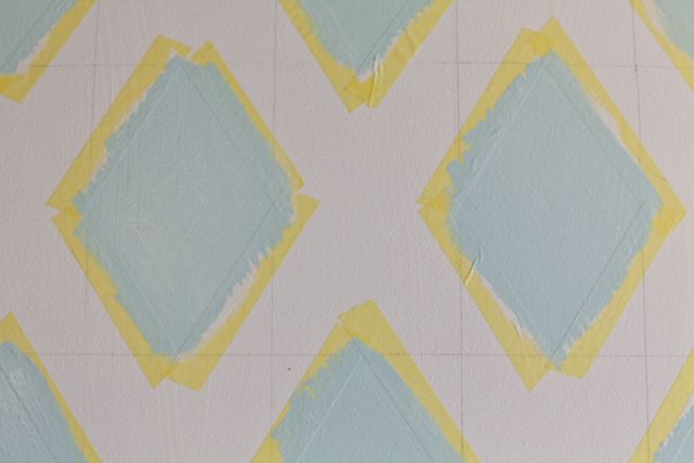 (7)Innan det sista lagret färg har torkat helt drar du bort maskeringstejpen. På det sättet riskerar du inte att färgflagor fastnar i tejpen.