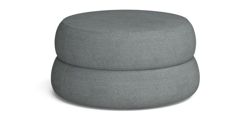Mellow er en puff med fine, runde former, som fås i to forskjellige størrelser. Den skulpturelle formen egner seg godt til å stå fritt i rommet og den er god som en ekstra sitteplass når det trengs.