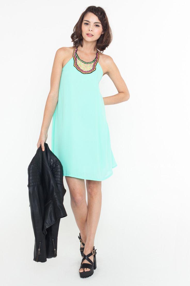 Vestido Zoe turquesa by Mythe Clothing x FP. Cuello redondo. Lazado en el cuello. Abalorios de colores en el cuello. Corte trapecio. Bajo recto.