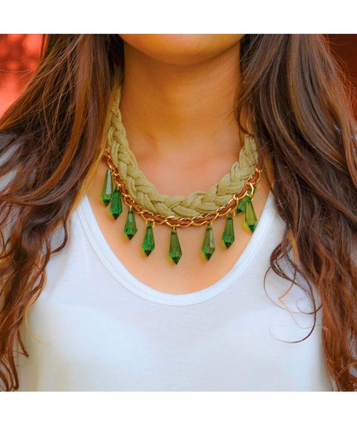 Trenza Beige Rombos Verdes - Collar corto graduable, cordón trenzado beige, cuero café, cadena en aluminio, cristales verdes. $32.000 COP. Cómpralo aquí--> https://www.dekosas.com/productos/dulce-encanto-accesorios-para-mujer-C20418-detalle