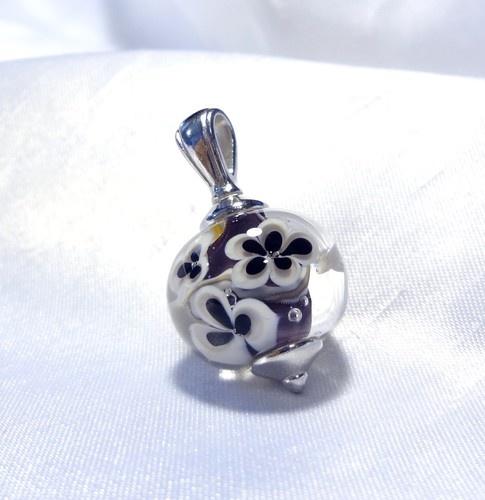 Lampwork floral bead, purple  Pendentif floral mauve, verre filé, $30.00