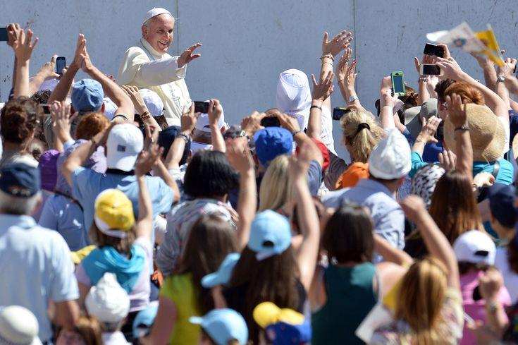 Papa Francisc salută credincioşii adunaţi în piaţa Sfântul Petru de la Vatican, în timpul audienţei sale generale, miercuri, 12 iunie 2013. (  Alberto Pizzoli / AFP  ) - See more at: http://zoom.mediafax.ro/news/best-of-news-iunie-2013-11130782#sthash.45ghmpXT.dpuf