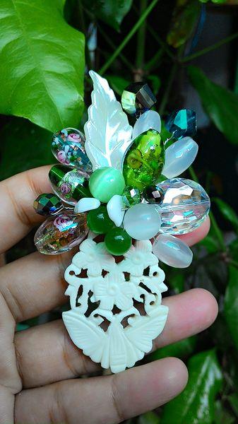 bros ini terdiri dari material yang awet..tulang, glassbead, kristal, batu mata kucing, akrilik dan kawat anti karat