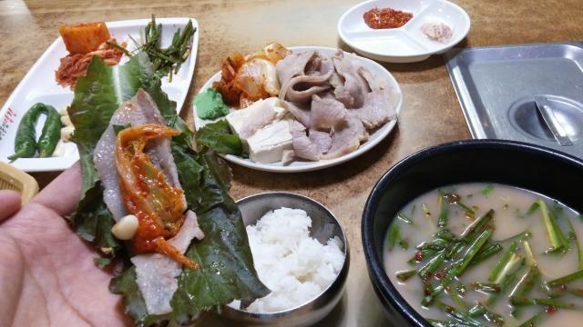 釜山(韓国)溶けるような豚肉をキムチや野菜と一緒に食べるクッパの格上料理