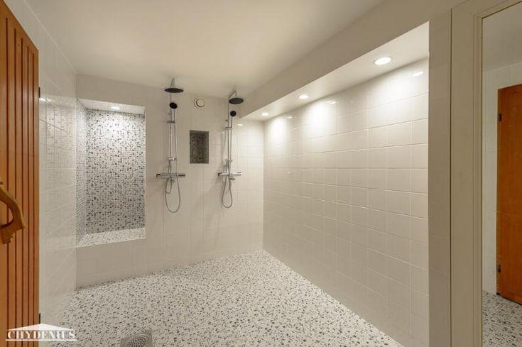 Sauna uusittiin. Retrovihreä suihkuhuone sai sinivalkoisen mosaiikkilattian ja raikkaanvalkoiset seinät