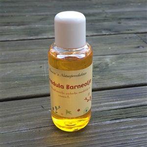 En mild og naturlig pleiende olje som virker beskyttende, mykgjørende og lindrende på barnets ømfintlige hud. Bruk den i badevannet eller som en hudolje etter bad, ved rengjøring av bleieområdet eller i forbindelse med babymassasje.