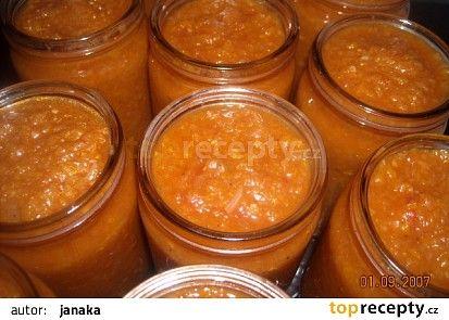 Cuketová pomazánka na topinky  originál recept zní 6 cibulí 1,5 kg namleté cukety bez semínek 6 stroužků česneku 6 lžic sojové omáčky 1 lžíce zázvoru ( nemusí se) 1 lžíce sladké papriky trochu pálivé papriky olej kečup sůl Já ještě přidala 6 ks zelených paprik které jsem taky umlela na masovém strojku a oloupaná rajčata do hrnce jsem hodila pá bobkových listů trošku mletého nového koření mletý pepř