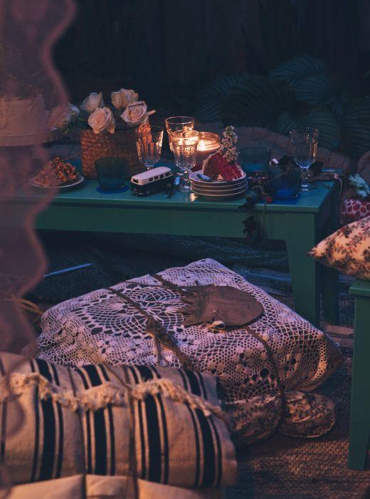Cuscini tenuti insieme con dello spago per creare morbide sedute adatte a un tavolo basso. Qui la famiglia si riunisce a fine serata, per un'ultima fetta di torta.