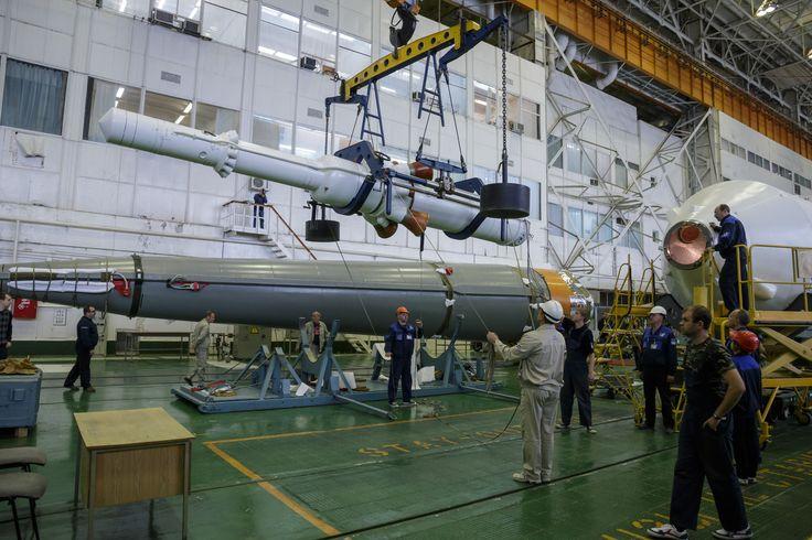 El cohete Soyuz y la nave espacial Soyuz TMA - 16 M siendo montados en el edificio 112 en el Cosmódromo de Baikonur.